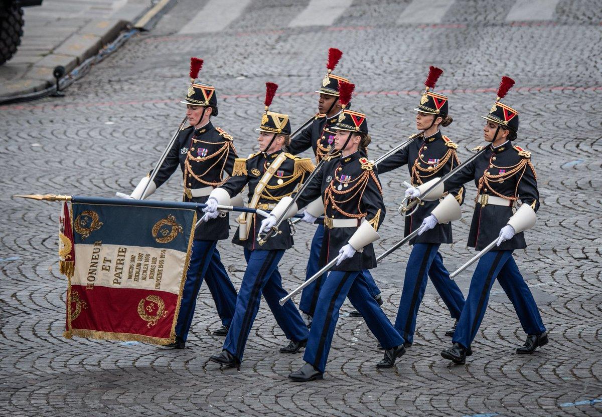 RT @Tom_Antonov: A 100% female Garde Républicaine color guard during #BastilleDay military parade in #Paris https://t.co/LW47FC4HzS