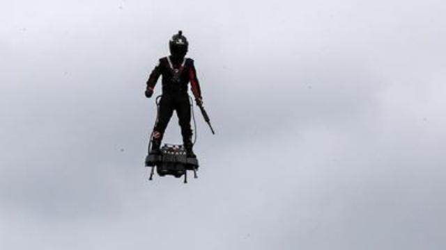 Ecco l'uomo volante, alla parata di Parigi, il Fly...