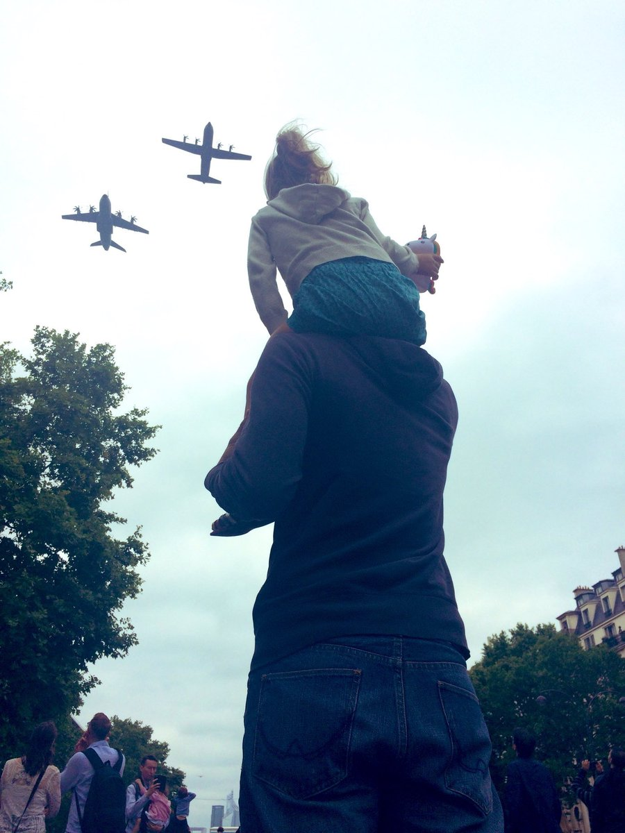 For me the picture of the day - @TouraineA400M seen from the eyes of a child at #BastilleDay. Magnifique 📸, @AnneLaureBanse 😍!💪🇫🇷 #wemakeitfly @AirbusDefence @Armee_de_lair