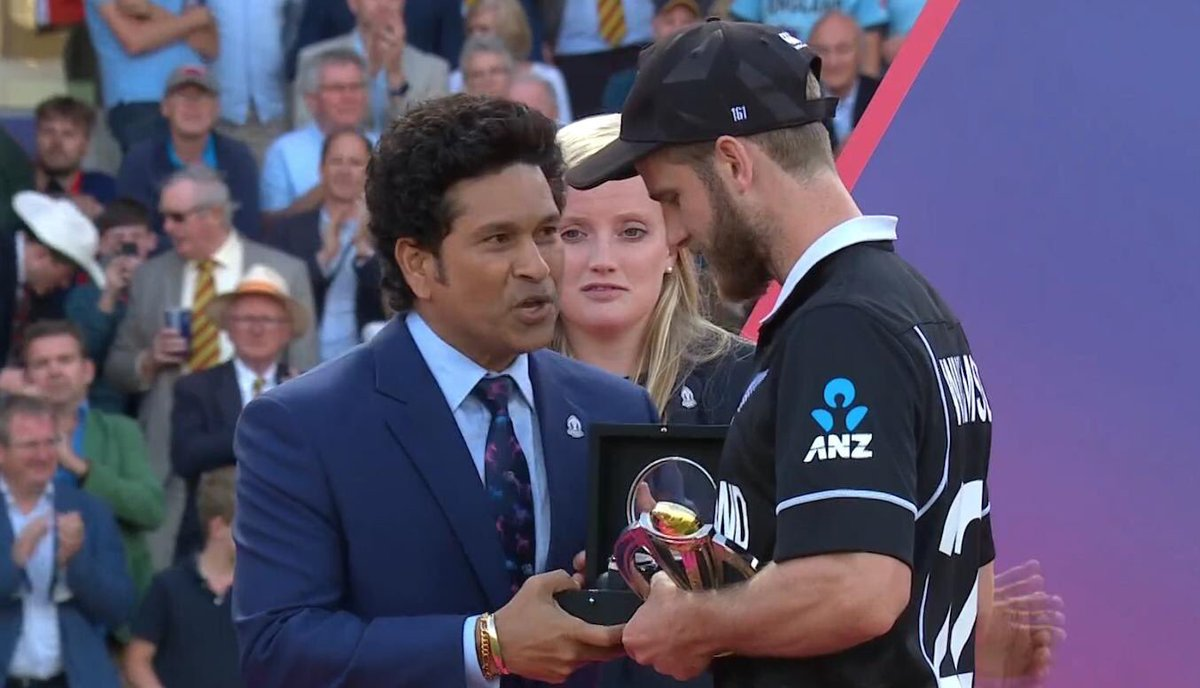 What a moment. Two great ambassadors of the world of cricket. #KaneWilliamson receives the #Manoftheseries trophy from his childhood idol and 2003 world cup Man of the series #SachinTendulkar. Congratulations Kane. You are the best in the business today.