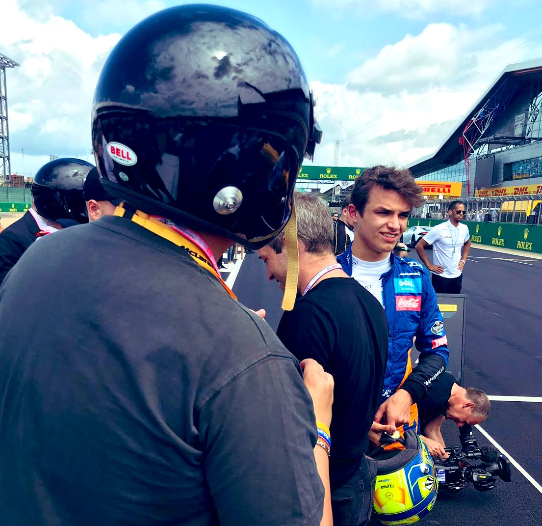 """This really reminds me of my pre-FP2 chat with @LandoNorris on Friday after my #F1PirelliHotLaps 😂 Me: """"Can I have a selfie, plyyyuueassee?"""" 🤣"""