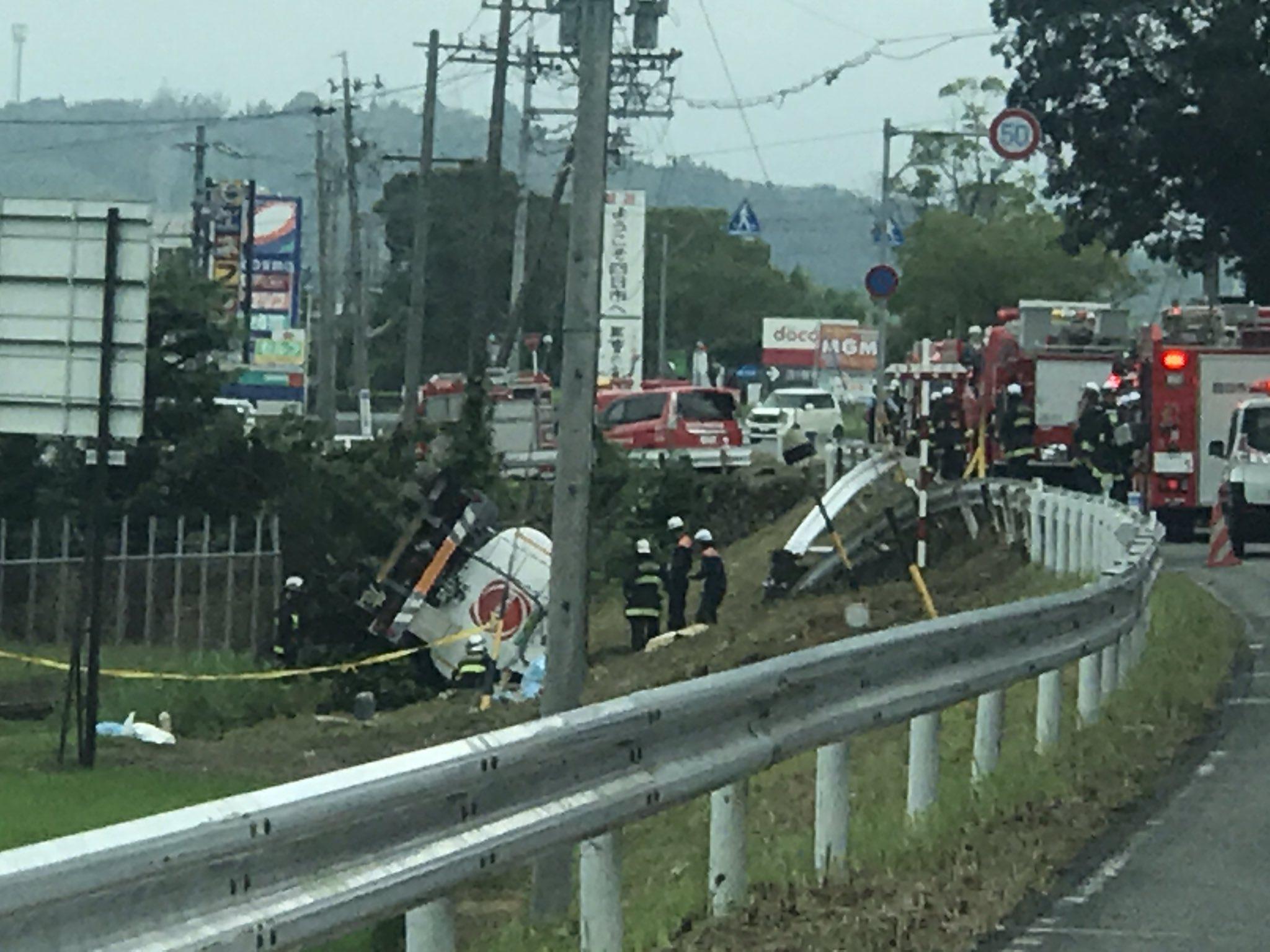 四日市市の国道477号でタンクローリー横転事故の現場画像