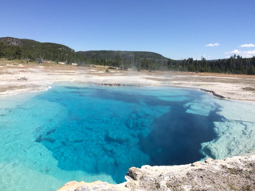 The hot springs at Yellowstone are so pretty! Tweet added by qq