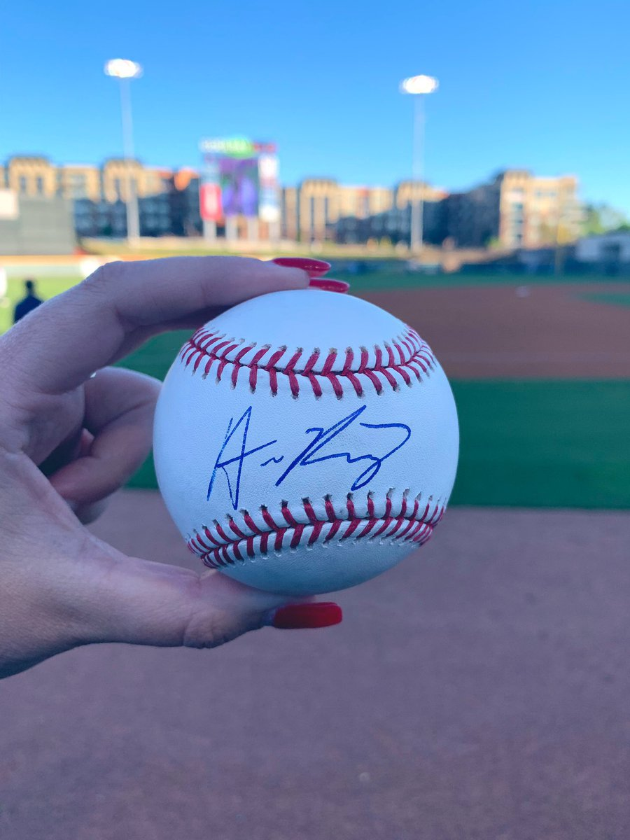 ‼️ GIVEAWAY TIME ‼️ To celebrate this #Braves sweep and greatness and the happiness they bring us, I'm doing a giveaway! RETWEET & FOLLOW for a chance to win this @austinriley1308 autographed ball! Winner will be chosen on Thursday! #ChopOn