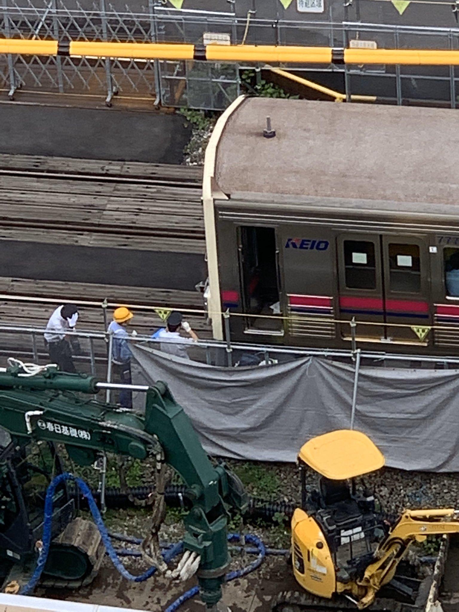 芦花公園駅で人身事故で現場の確認をしている画像