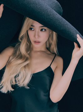 [PHOTO] Tiffany Young 'OURSONG' digital limited collectible card D_fxLPmU8AArU48?format=jpg&name=360x360