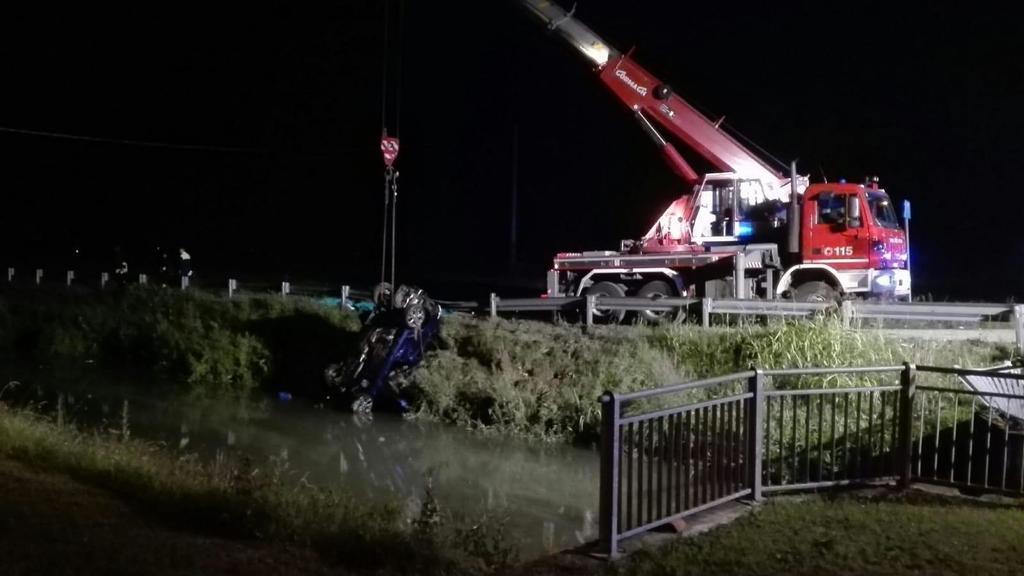 Auto nel canale, morti quattro giovani a Jesolo. U...