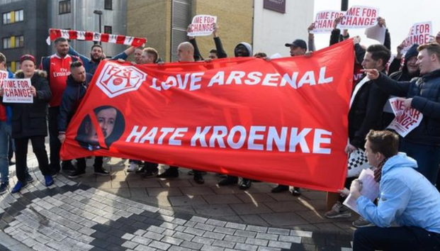 Fans Arsenal Ramai-ramai Demo Stan Kroenke