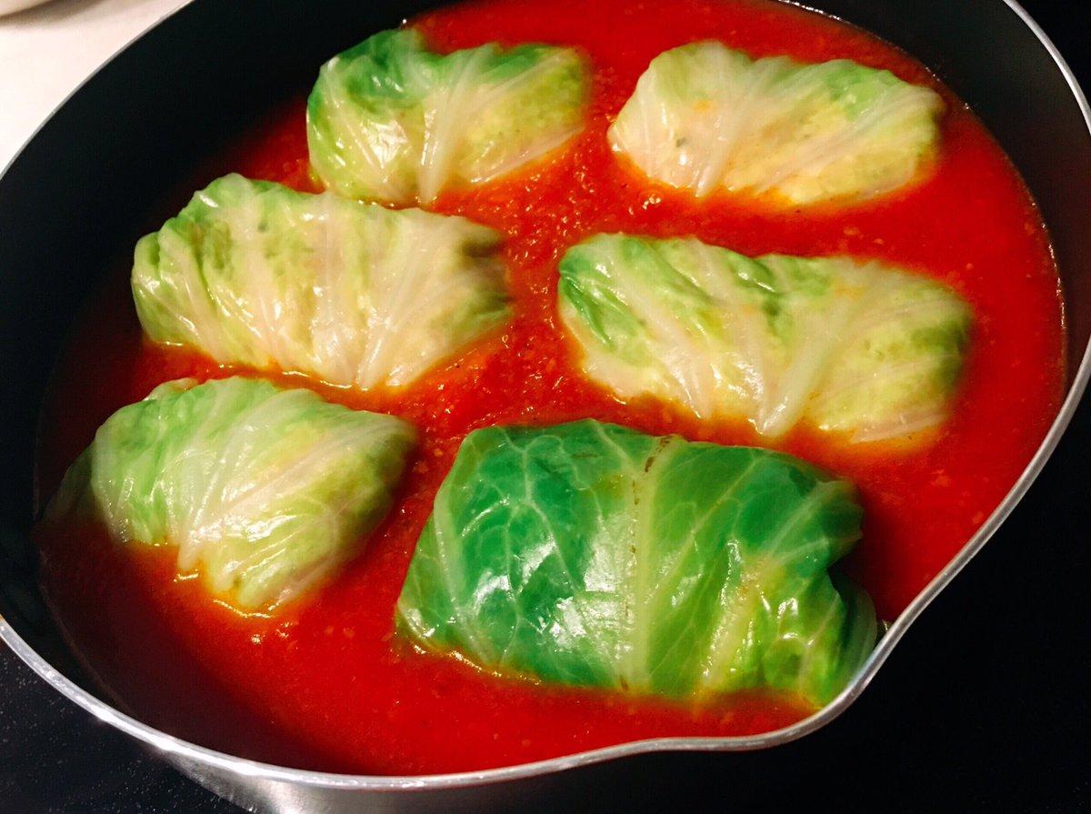 今日はロールキャベツ😋  鶏ひき肉+たけのこ、きのこミックス、  豆腐、もち麦  なのでご飯はなし。  冷凍しといた自家製トマトソースで🍅 仕上げにパルミジャーノ・レッジャーノ🧀