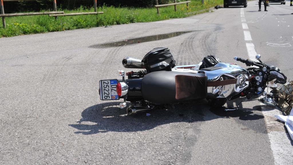 Motociclista inchioda vedendo l'autovelox: cade ...