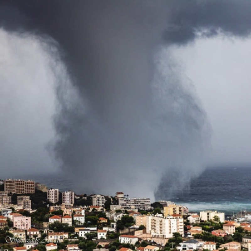 Another view of the HUGE waterspout off Bastia, Corsica this morning, July 15th! Report: @dussoljeanpierre / Tornado in Italia <br>http://pic.twitter.com/8vqftt8IIc