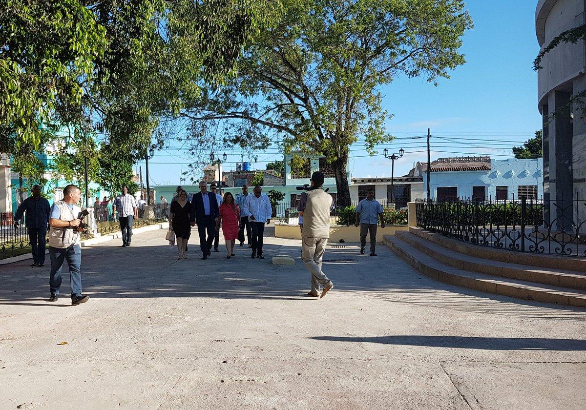 Al Parque El Carmen en la ciudad de #SantaClara330 llega el presidente @DiazCanelB y su pueblo lo abraza. Aquí está el sitio fundacional de la Villa aquel #15deJulio de 1689. Aquí está el árbol de tamarindo símbolo también de la urbe. Frente a la Iglesia se bendice a la ciudad.