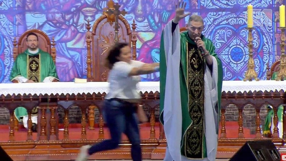 Woman shoves mega-famous anti-gay priest offstage in front of 50,000 praying Catholics  https://www.queerty.com/woman-shoves-mega-famous-anti-gay-priest-offstage-front-50000-praying-catholics-20190715…