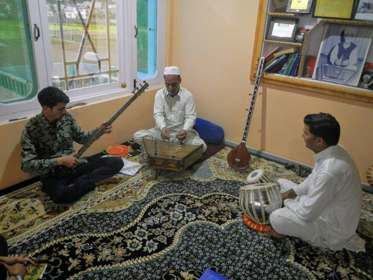 The #sufi music of #Kashmir is facing threats of extinction. @PriyadarshiniS_ reports:  https://religionunplugged.com/news/2019/7/15/south-asias-sufi-cradle-is-losing-its-traditional-music… #Mystic #mystical #MusicMonday #ClassicalMusic #India @RisingKashmir @GreaterKashmir @AkashvaniAIR