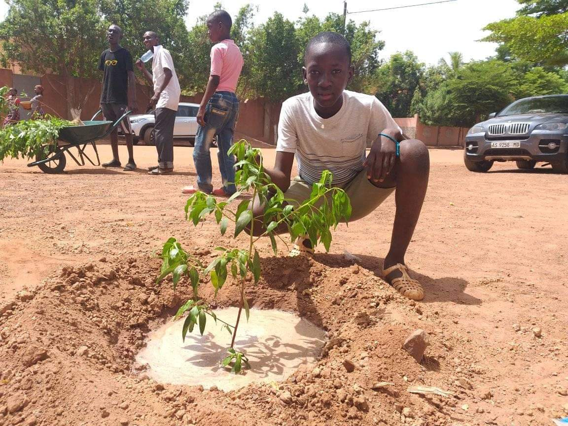 The biggest Purpose for those young pple is to plant 500 trees each month to fight desertification in #Mali Great New initiative#GreenLife   Youth Activity.@UNICEF