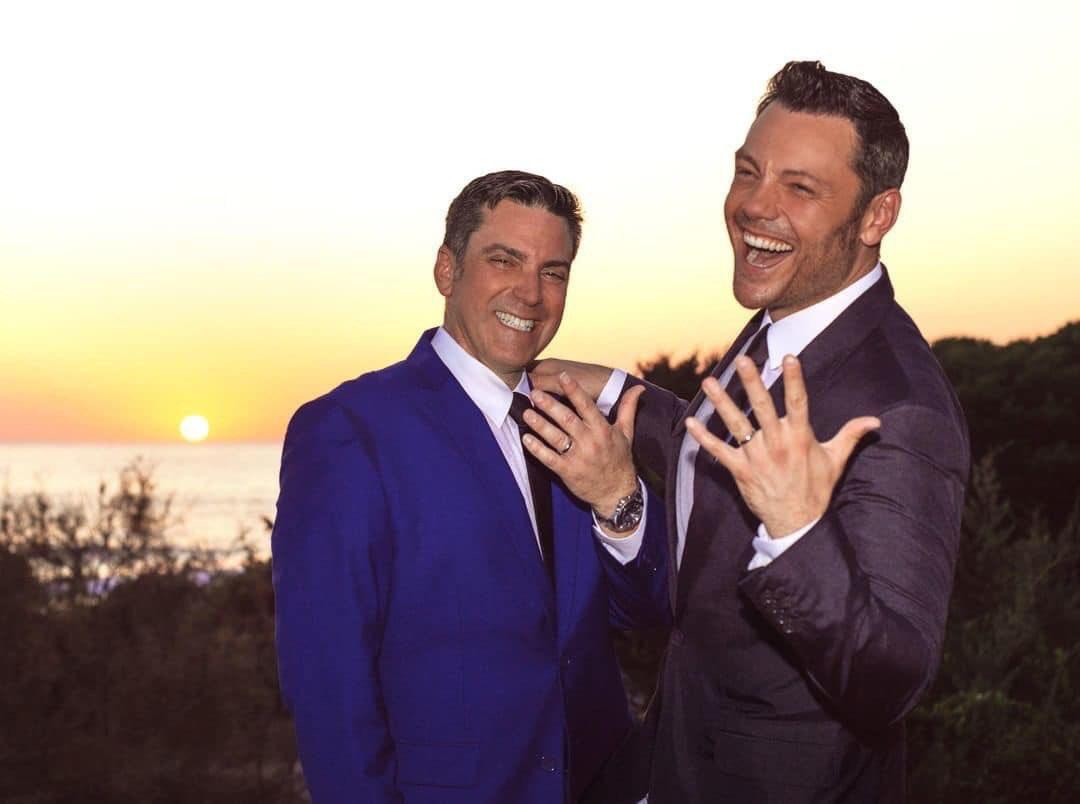 El cantante italiano @tizianoferro se casó por lo civil con su pareja Víctor Allen. El intérprete de temas como Alucinado, Tardes negras y El regalo más grande, ya se había casado en secreto el 25 de junio en Los Ángeles, en una ceremonia religiosa.