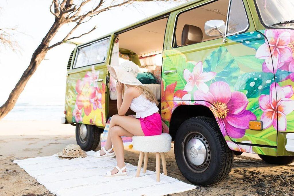 Aloha 🌺 Monday! Have a beautiful, sunshine filled week ☀️ . . . emmelandes 📷 deelianelsonphoto . . . #hellomissmaven #volkswagenbus #vdub #volkswagen #vwbuslovers #vwbus #vanlife #vwbuslove #luckywelivehawaii #luckywelivemaui #maui #mauilife #mauiliving #jungalowstyle #boho …
