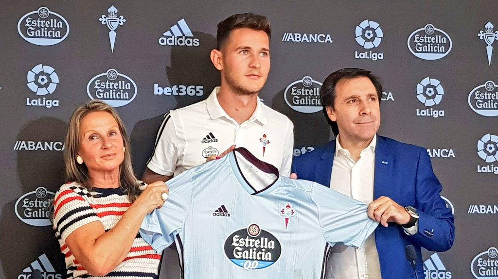 Felipe Miñambres junto a Jorge Sáenz en la presentación del futbolista con el Celta (Foto: RCCV).