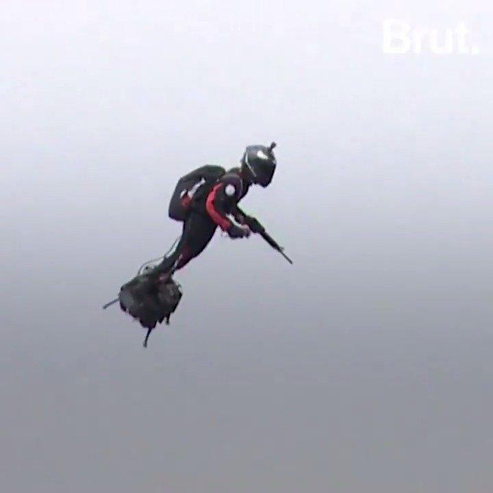 Le premier vol, jai perdu deux doigts, ils se sont arrachés dans les turbines. Lhomme qui a survolé les Champs-Élysées sur son hoverboard lors du défilé du 14-Juillet, cest lui : Franky Zapata.