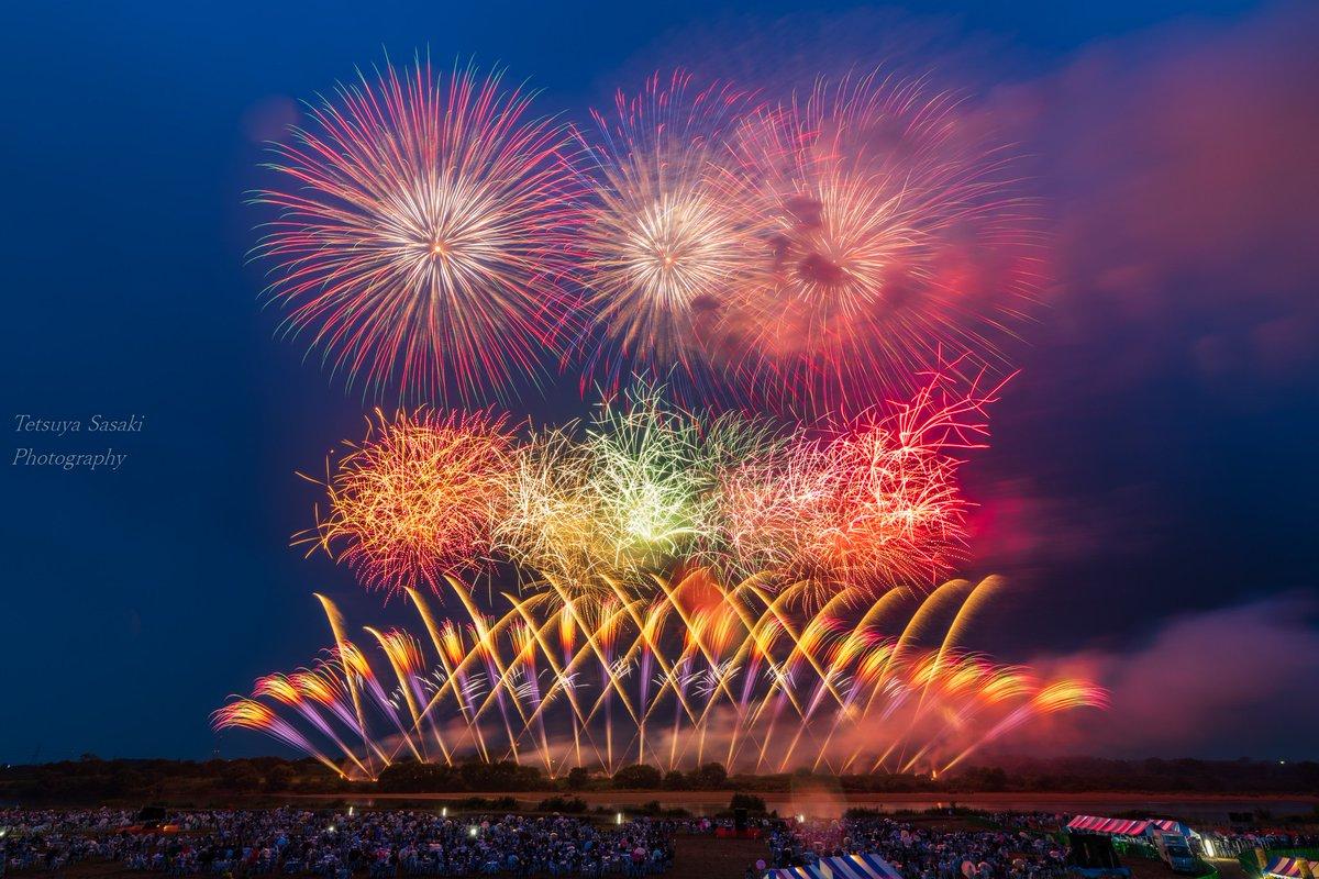 #利根川大花火大会  関東方面での用事が重なったので、有料席買って観てきました♪ 小雨でレンズが濡れるのをちょくちょく拭きながらの撮影でしたが、目の前で大好きな花火師さん4社の競演を最初から最後まで見られて、もう感激でした! #茨木 #境町 #さかいふるさと祭り #花火 #花火大会 #空 #夜景