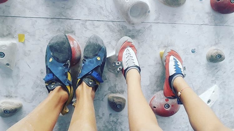 Mother and daughter together climbing ... who climbs together stay together  @mariona_aubert #tulsontolf #rockclimbing #womenrockclimbing #motheranddaughters #gym #climbing #climbingshoes #climb #piesdegato #mountainspic.twitter.com/1XV22wPF28