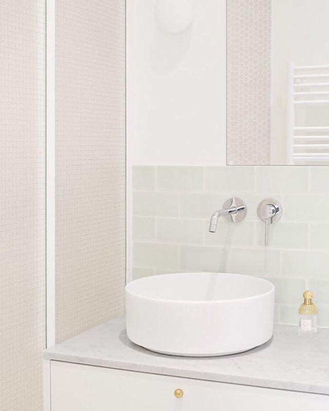 La salle de bain parentale de notre nouvelle rénovation à découvrir sur notre site (lien dans la bio) 👆Elle a été traitée dans des nuances de blanc afin de faire ressortir la jolie faïence vert d'eau réalisée à la main🚰 #hejustudio #architecture #renovation #appartement #par…