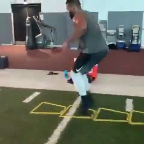 .@AaronDonald97's footwork is not fair. That man is 280 pounds 😳 (via @210ths)