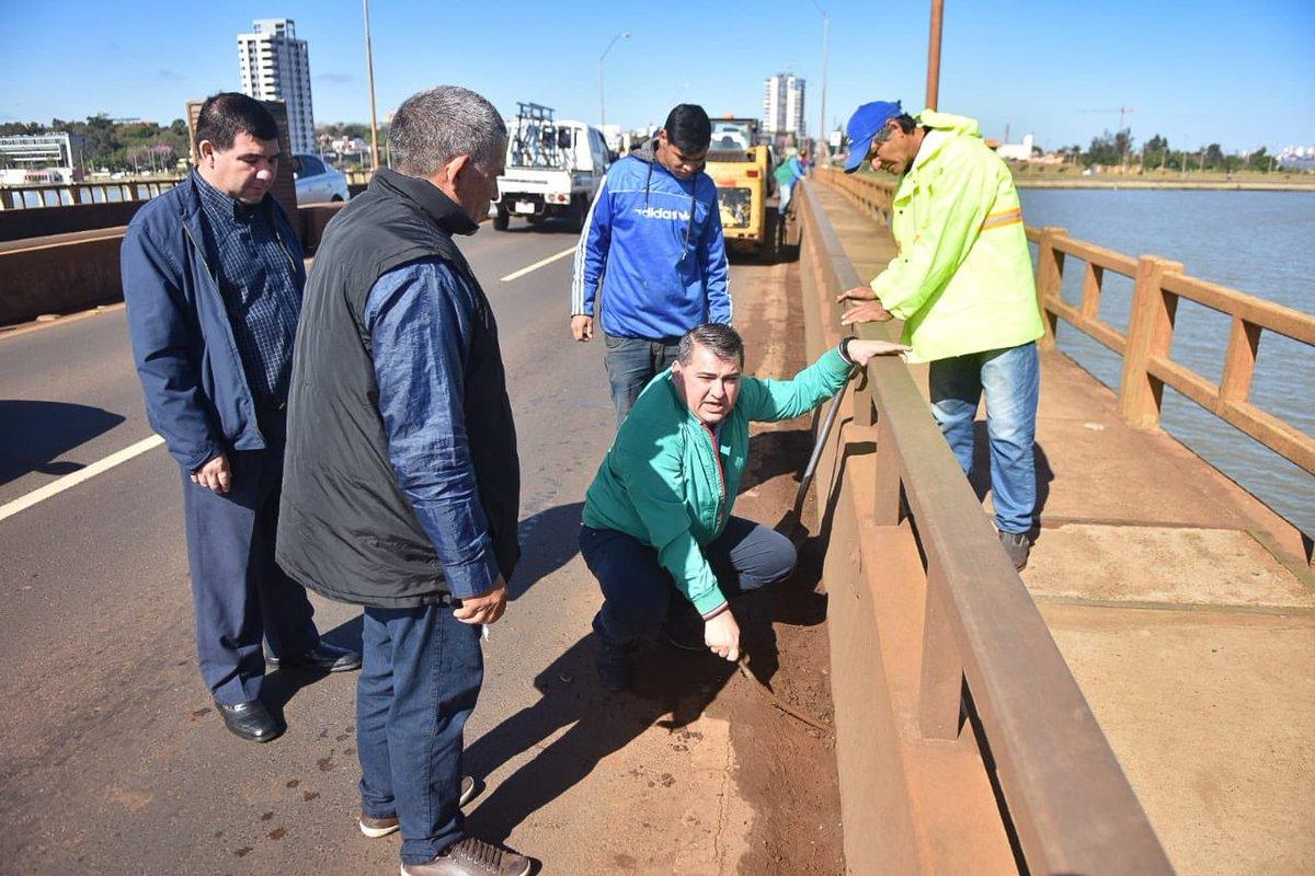LIMPIEZA DE CANALES DE DESAGÜE✌🏻  👉🏻 Trabajos de mantenimiento y limpieza en el puente que se encuentra sobre el arroyo Mbói Ka´e.  📲 http://encarnacion.gov.py/limpieza-de-canales-de-desague/…  #Encarnación