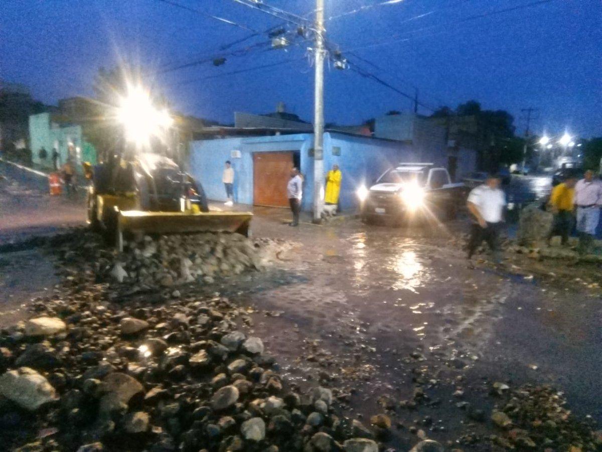 RT pcmqro: #AlMomento  En calle Cima, se presentaron socabamientos, lo que provoca arrastre de materiales, tierra y piedra.   Ya en el lugar se encuentra personal de la EPIGMENIOGLEZ spublicosqro y SSPMQueretaro realizando labores correspondientes.   #To…