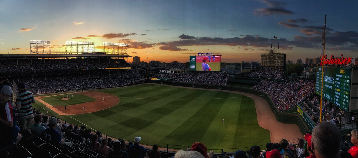 Summer nights at Wrigley Field   #EverybodyIn  <br>http://pic.twitter.com/8Z8XIiViGd