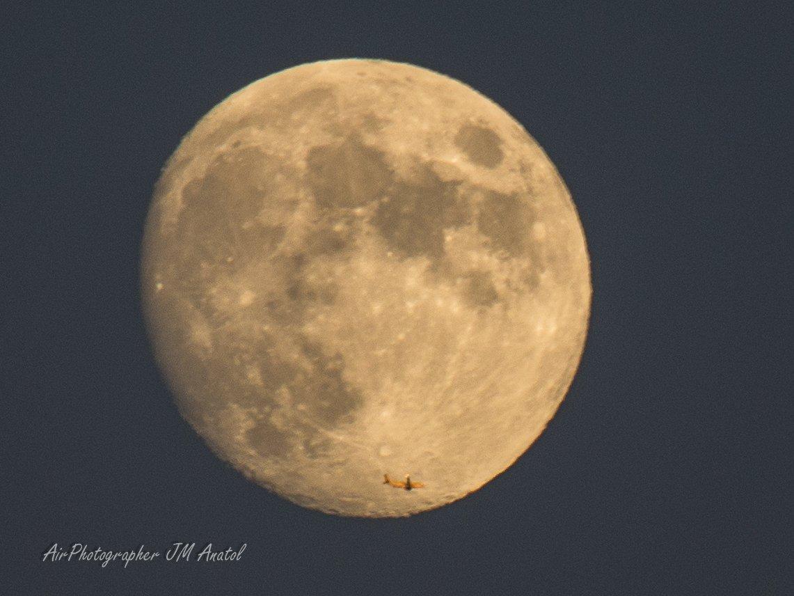 #BuenasNoches Cómo luce estas #noches nuestra #Luna y qué complicado es hacer un #MoonPass #AvionYLuna sin #estela Pero quien la sigue, la consigue✈️🌖📷 #Goodnigth #spotters #avgeek Gracias @controladores por colocar ahí la #aerovía😉