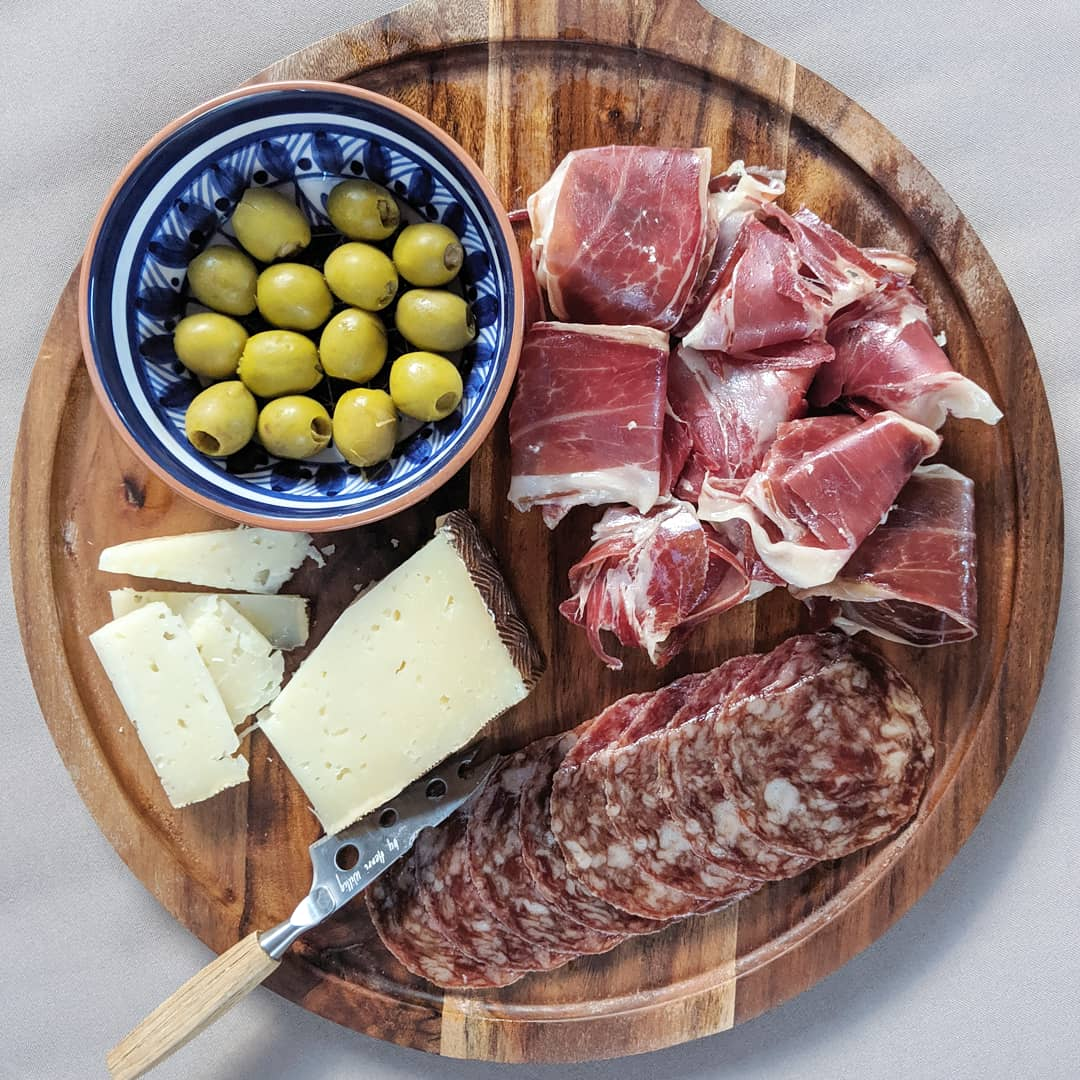 For the simplest #Spanish #charcuterie board, serve Spanish ham with #manchego #cheese & Spanish #olives. Pair with #Cava or #rioja.   @JamonJoselito #joselito #jamon #spanishfood #foodblogger #cooking #recipes