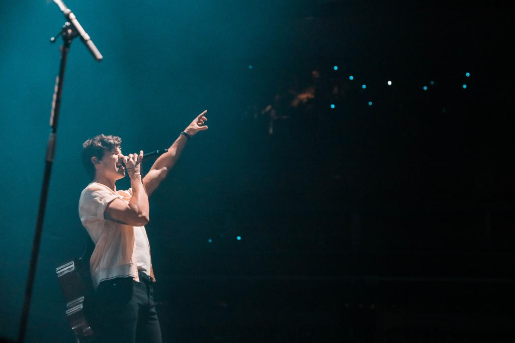 """Does your dating game need some help? Don't worry @ShawnMendes has some advice you might wanna hear 🤔🙌😍  Tips from Shawn """"the wingman"""" Mendes here 👉🏼http://spr.ly/6011EaD7D"""