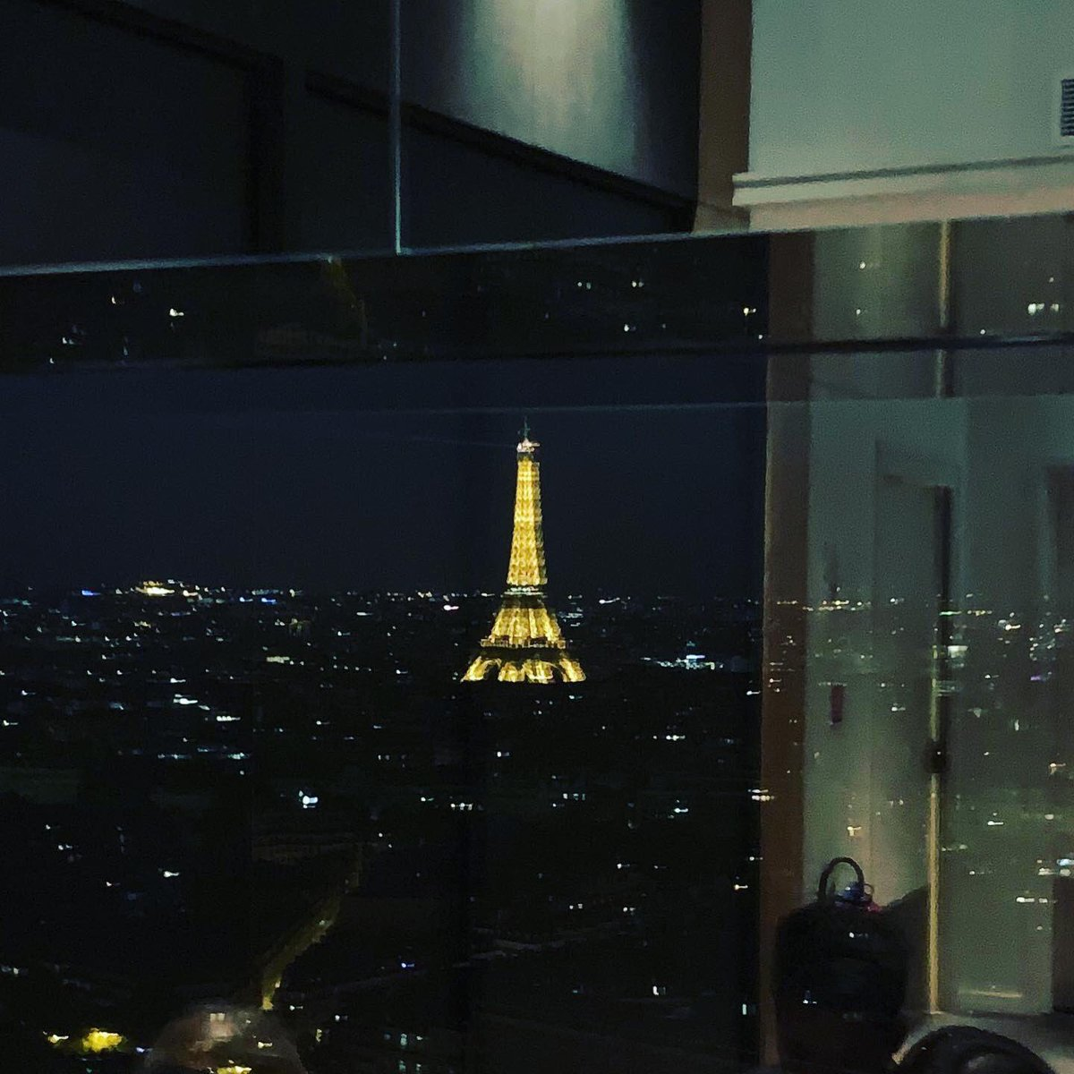 View from my hotel's rooftop bar. #Paris #ViveLaFrance 🇫🇷 https://t.co/1M7X648mb3