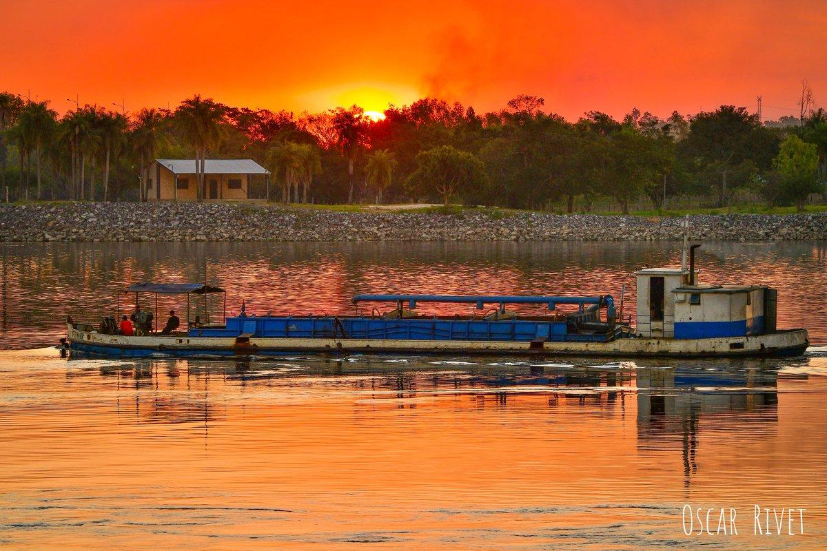 Colores cálidos, de un fresco ocaso. Río Paraguay.