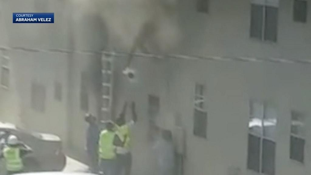 Dramatic video shows roofers rescuing baby, toddler from burning building wyff4.com/article/dramat…