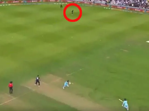 An umpire says the officials got it wrong as England won the World Cup — and this photo is all the evidence needed to prove New Zealand was robbed in the final. #CricketWorldCupFinal #ENGvNZ  https://www. news.com.au/sport/cricket/ england-reacts-to-world-cup-controversy-as-aussie-umpire-claims-officials-got-crucial-call-wrong/news-story/621e09f333a3db53f235bdc1f2f1f843   … <br>http://pic.twitter.com/4hcWyvbBkh