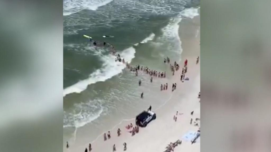 Beachgoers in Florida form human chain in effort to save swimmers in distress wyff4.com/article/beachg…