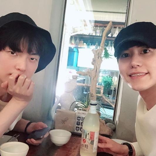 [📰] KyuHyun e Ahn Jae Hyeon bebem juntos em novo vídeo no Instagram http://www.suju.com.br/noticias/kyuhyun-e-ahn-jae-hyeon-bebem-juntos-em-novo-video-no-instagram/…  #SUPERJUNIOR #슈퍼주니어 @SJofficial #슈주 #suju #KyuHyun  #규현