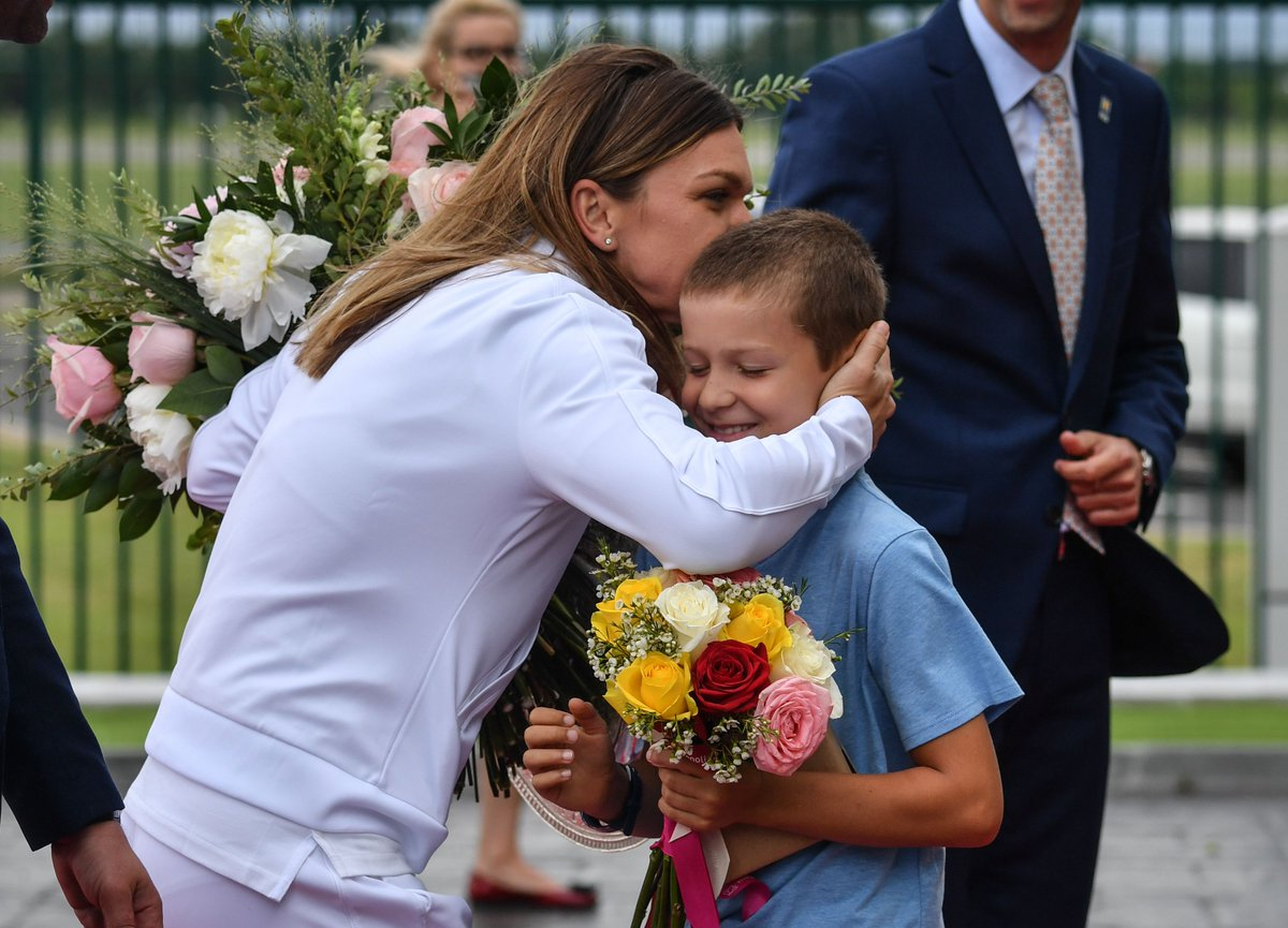 Warm welcome home for #Wimbledon champ @Simona_Halep  <br>http://pic.twitter.com/rlMwkSLFzZ
