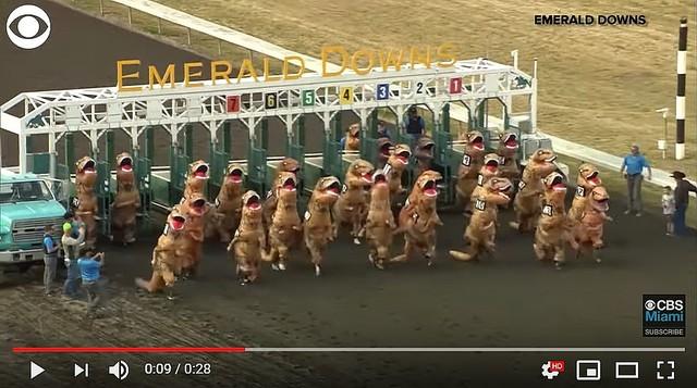 【夢に出そう】競馬場を駆けるティラノサウルス、アメリカで「T-rex Race」開催害虫駆除の専門会社が主催したイベント。30体以上のティラノサウルスがレースに挑んだという。