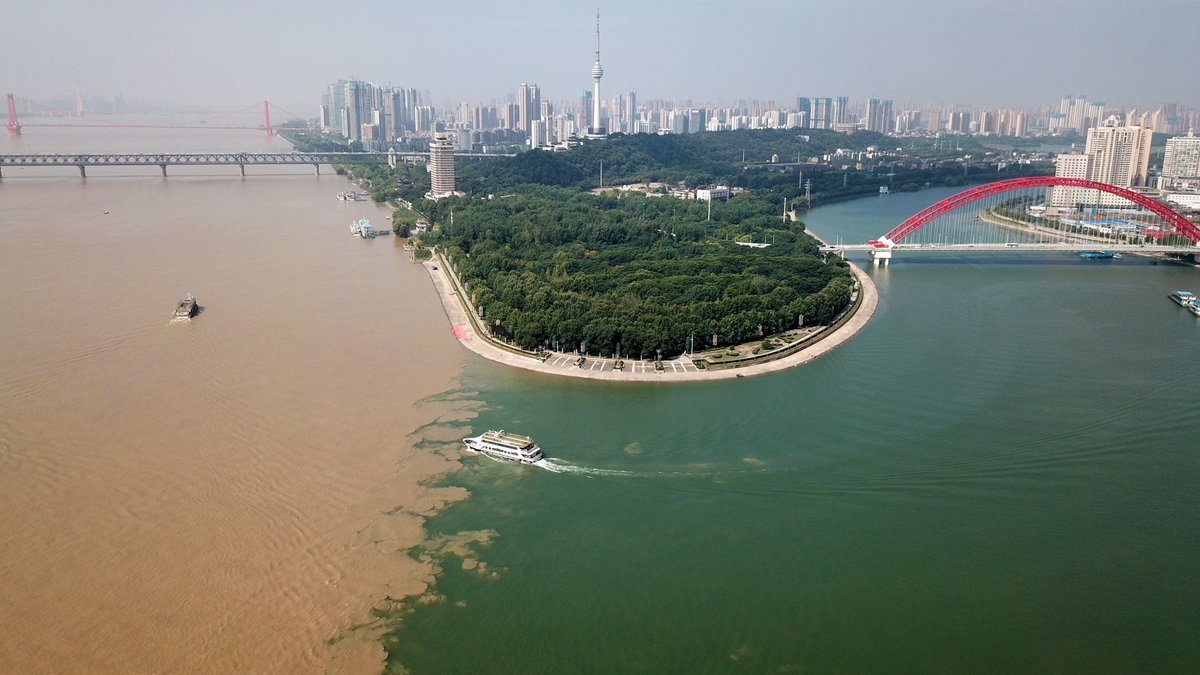 Water level of the Yangtze River in Hubei reaches 26.09 meters, 1.09 m above the warning level, due to continuous rainfall in the upper reaches #FlyOverChina