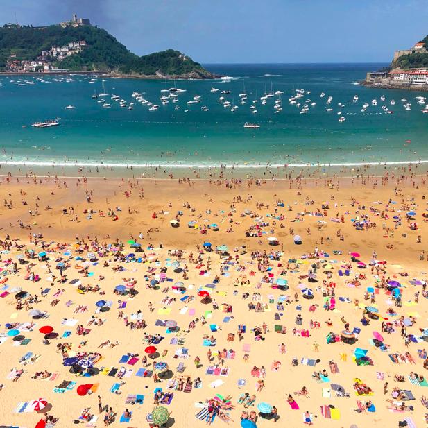 Bajamar.  📷 @SistersCity   #PerfumeríaBenegas #Donostia #SanSebastian #LaConcha #BasqueCountry #Euskadi #PaysBasque #Beach #PaísVasco #BeautifulDestinations