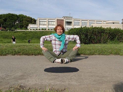 この写真、一度「浮いてる!」と思うとものすごく浮いてるように見えませんか。