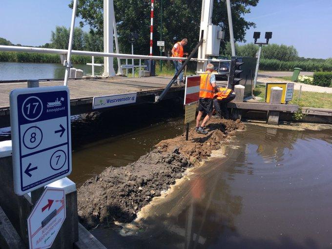 Momenteel plaatsen wij een tijdelijke dam in de Heinoomsvaart bij Woerdense Verlaat. Zo voorkomen we dat er brak water naar de Vinkeveense Plassen stroomt.   ℹ Vanaf 15 juli kunnen bootjes niet meer door de Heinoomsvaart in de richting van de Vinkeveense Plassen varen.
