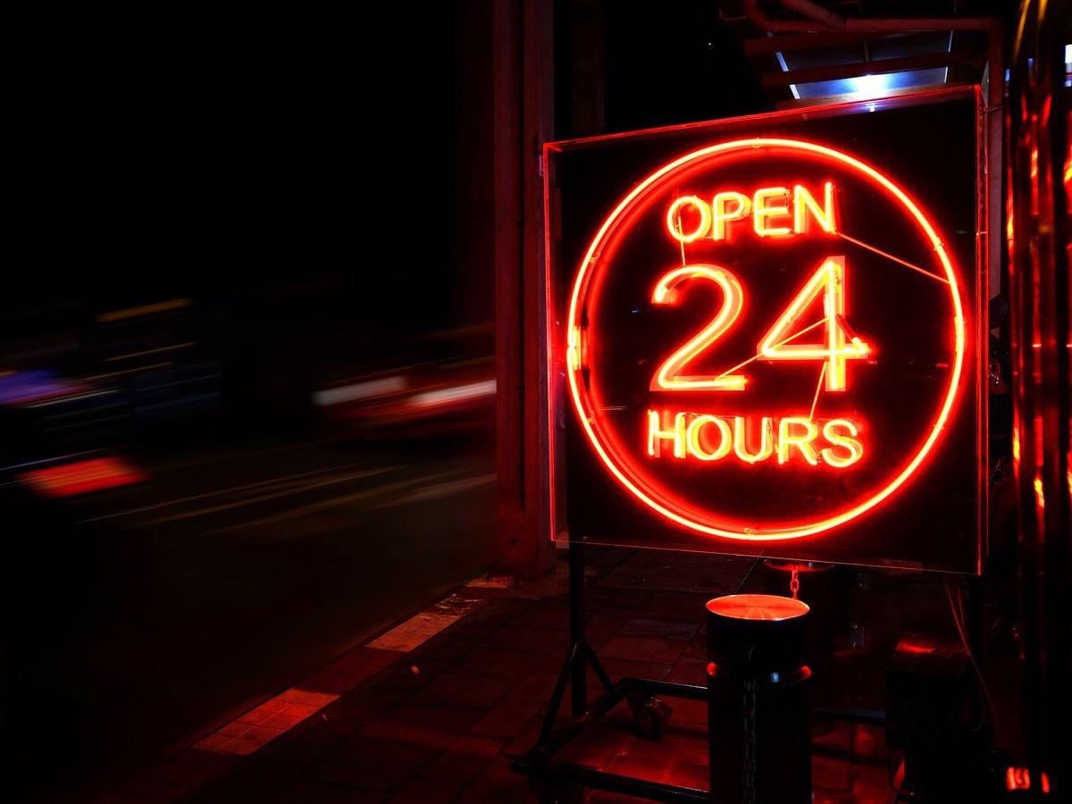 #مجلس_الوزراء يُقرر السماح للأنشطة التجارية بالعمل على مدار 24 ساعة.
