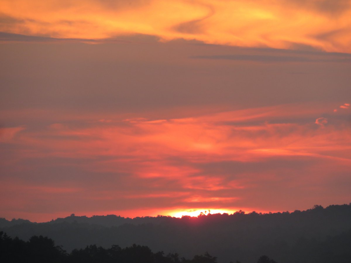 @MiriWeather tell @hbwx lots of #colors in the Basye #sunrise this #TuesdayMorning. It's 69F the #sun cleared Supinlick Ridge @MelissaNordWx two of @WUSA9weather #weather #CatsOfTwitter #cats report. #WakeUpDc @reesewaters come #forestbath in #mountains #relax #VAOutdoors #meow!