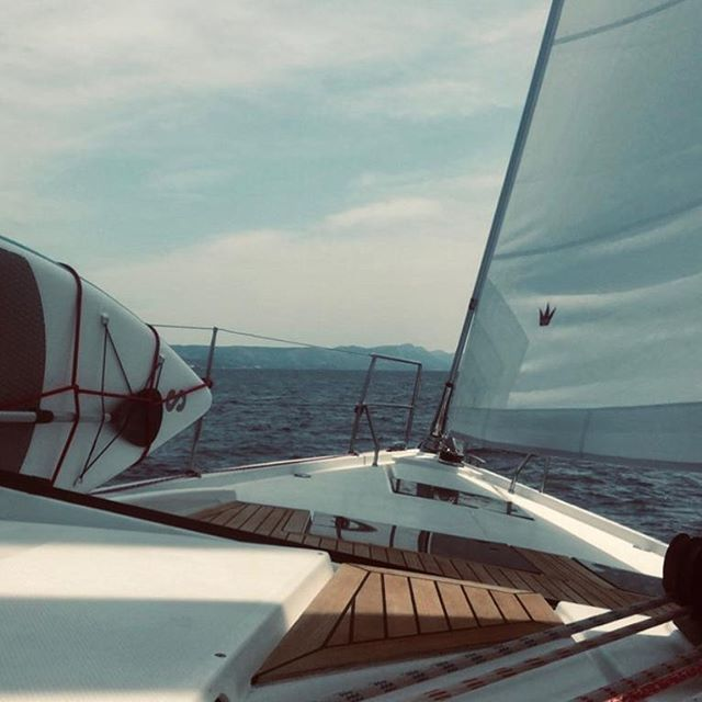 There's no feeling like flying through the Adriatic with the sails up and the wind in your hair! Huge thanks to one of our guests on board this week for such an awesome photo ❤️😎⛵️#wearesailing #sailing #sailingholiday #sailingvacation #comesailingwithus #yacht #sysupertroup…