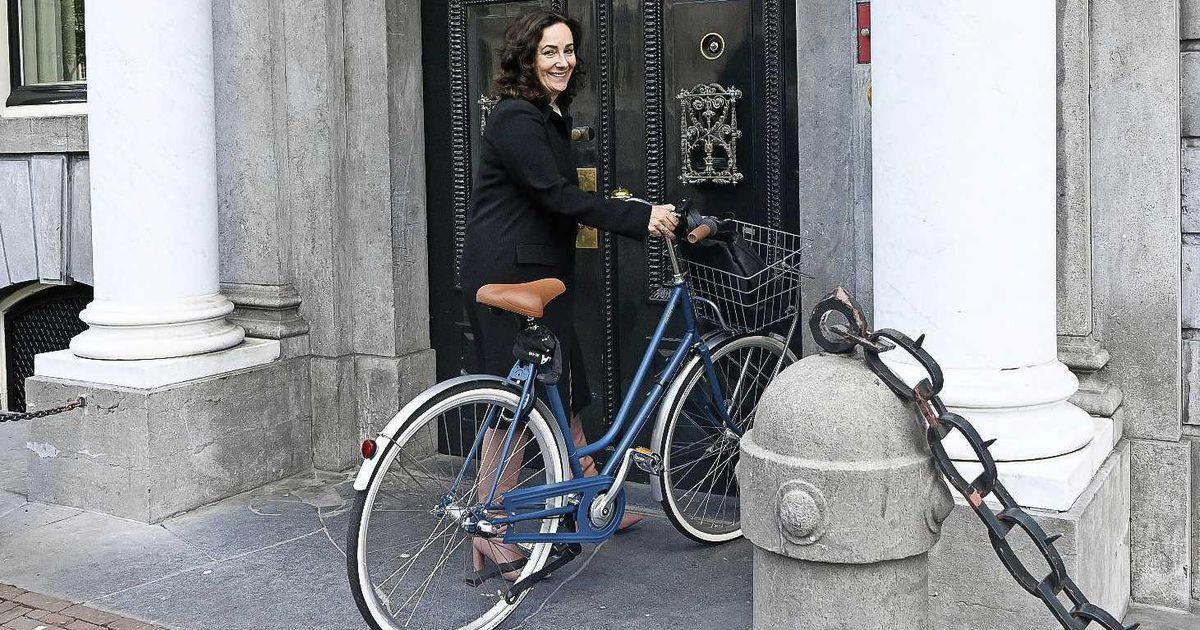 Este es el carro blindado y el séquito de guardaespaldas de la alcaldesa de Amsterdam. Y aquí los contribuyentes tenemos que pagar cientos de miles de millones de pesos para rendirle tributo al arribismo de políticos y burócratas, que solo pueden moverse en 4x4 blindadas. https://t.co/1vIbm2Xwn5