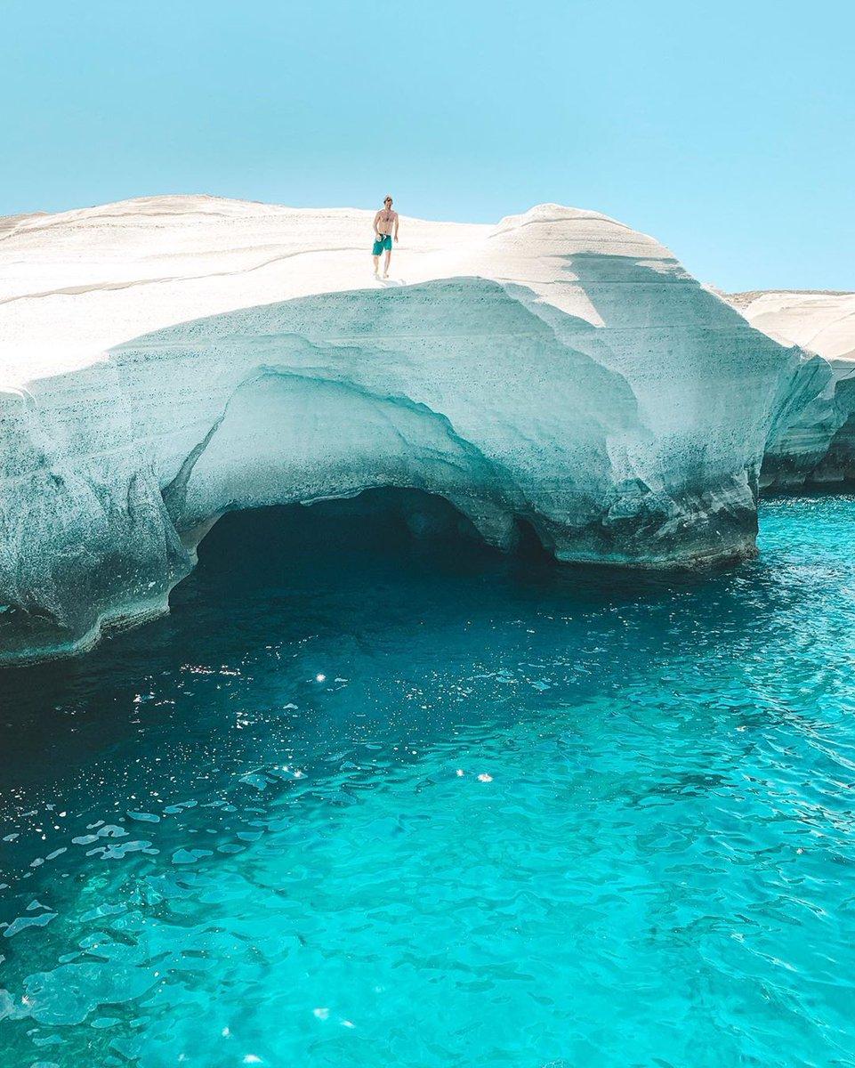 E voi vi buttereste? 🤔💦💟  🌎 Mílos, Grecia 🇬🇷  📸 Photo by: @ voyage_provocateur  #optatravel #travel #greece #milos #Kikladhes #beach #summer #viaggi #vacation #vacanze #holidays #travelblog #travelblogger